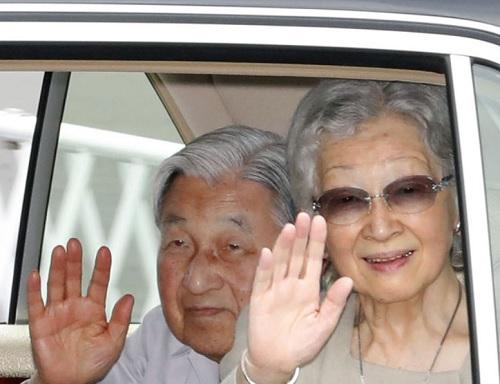 上皇上皇后静養先の長野県軽井沢町に向かうため、皇居を出られた