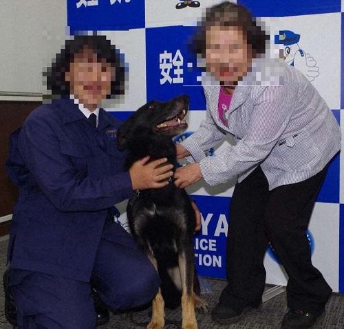 アイカ号(中央)の活躍を喜ぶ甲斐美和子さん(左)と堀内寿子さん=埼玉県警提供