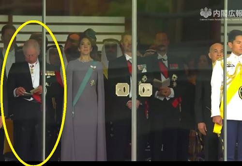チャールズ皇太子、式次第を見る「即位礼正殿の儀」