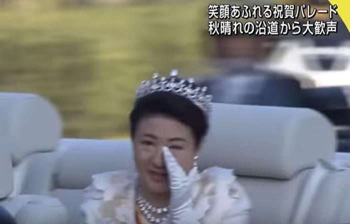 なんで泣くの?雅子皇后・祝賀パレード