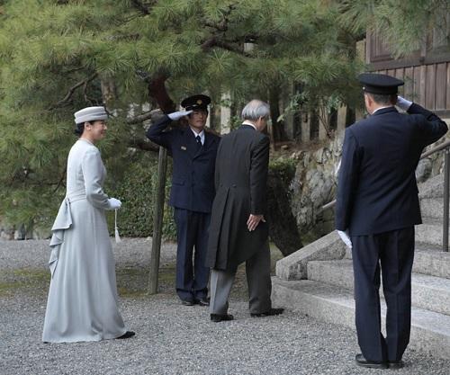 孝明天皇陵へ参拝に臨まれる皇后さま=27日午後