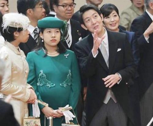 高御座と御帳台を見学する守谷慧さん(中央右)と絢子さん(同左)