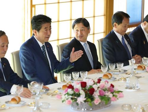 天皇、安倍首相らと昼食会