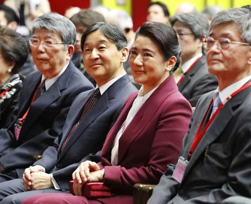 「水と文化」国際シンポジウムの講演会場に到着された天皇、皇后雅子さま