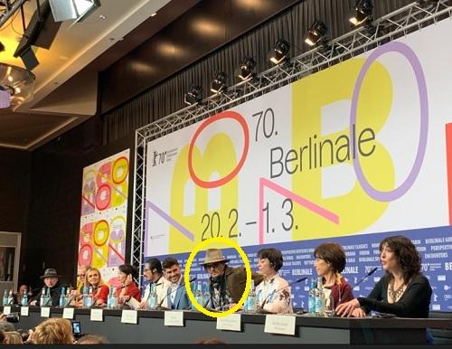 ベルリン国際映画祭で記者達の質問に答えるジョニー・デップ