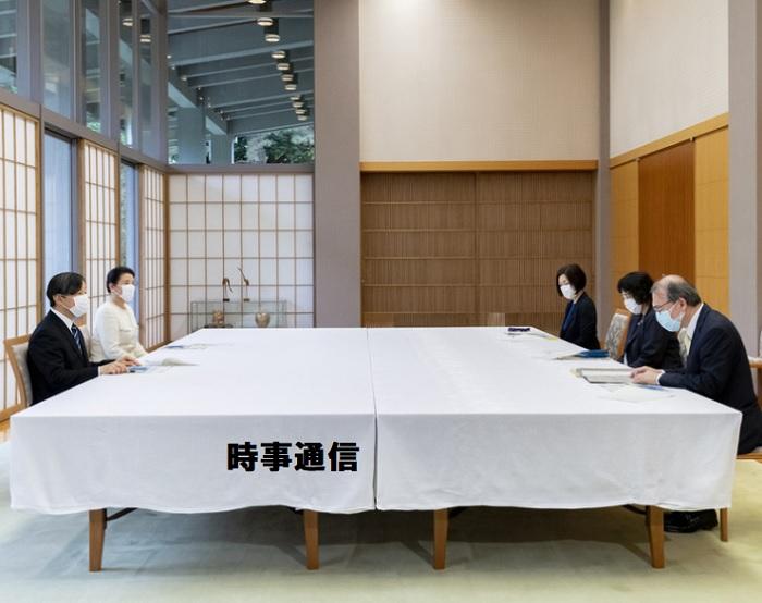 保健所長らから話を聞かれる天皇、皇后両陛下=3日午後、東京都港区の赤坂御所