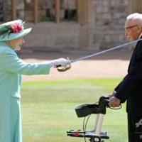 エリザベス女王、100歳の退役軍人に爵位