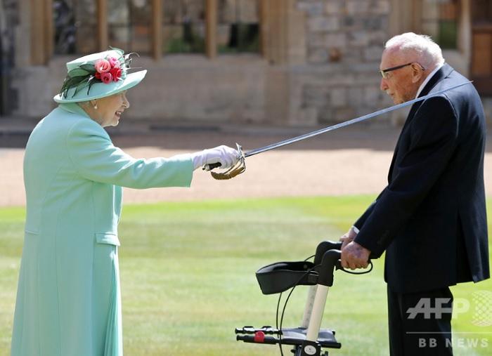 エリザベス女王100歳の退役軍人に爵位
