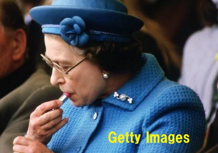 エリザベス女王が口紅を塗っている