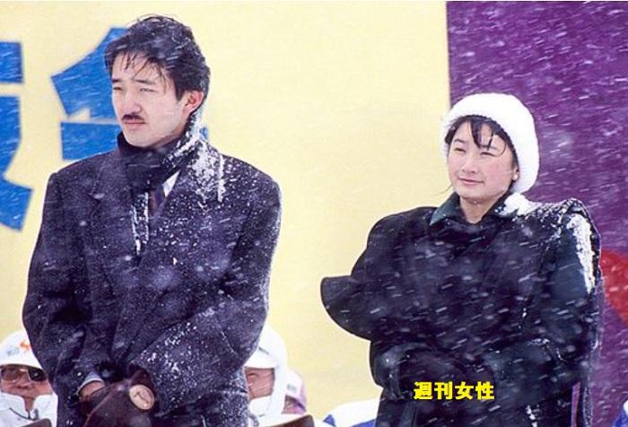 吹雪の中で公務をなさる秋篠宮殿下と紀子さま