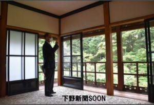 15日から特別公開される御日拝所を案内する福田所長