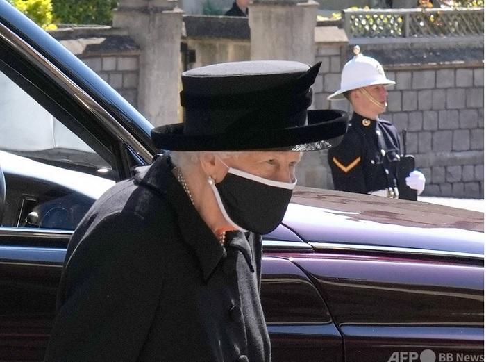 ウインザー城内の礼拝堂に到着したエリザベス女王